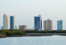 Ras al Khaimah präsentiert sich nicht als Hochhaus-Wüste, sondern als ländlich angehauchte Stadt mit einem aufgelockerten Stadtbild, aus dem immer wieder Grün hervorlugt, VAE - © FRASHO / franks-travelbox