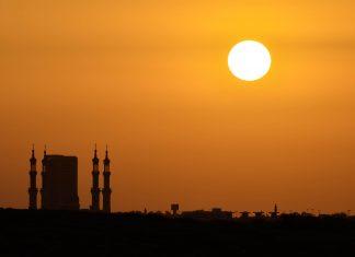 Sonnenuntergang über Ras Al Khaima; man sieht sehr schön die Türme der Sheikh Mohammed Bin Salim Al Qasimi Moschee, VAE - © FRASHO / franks-travelbox