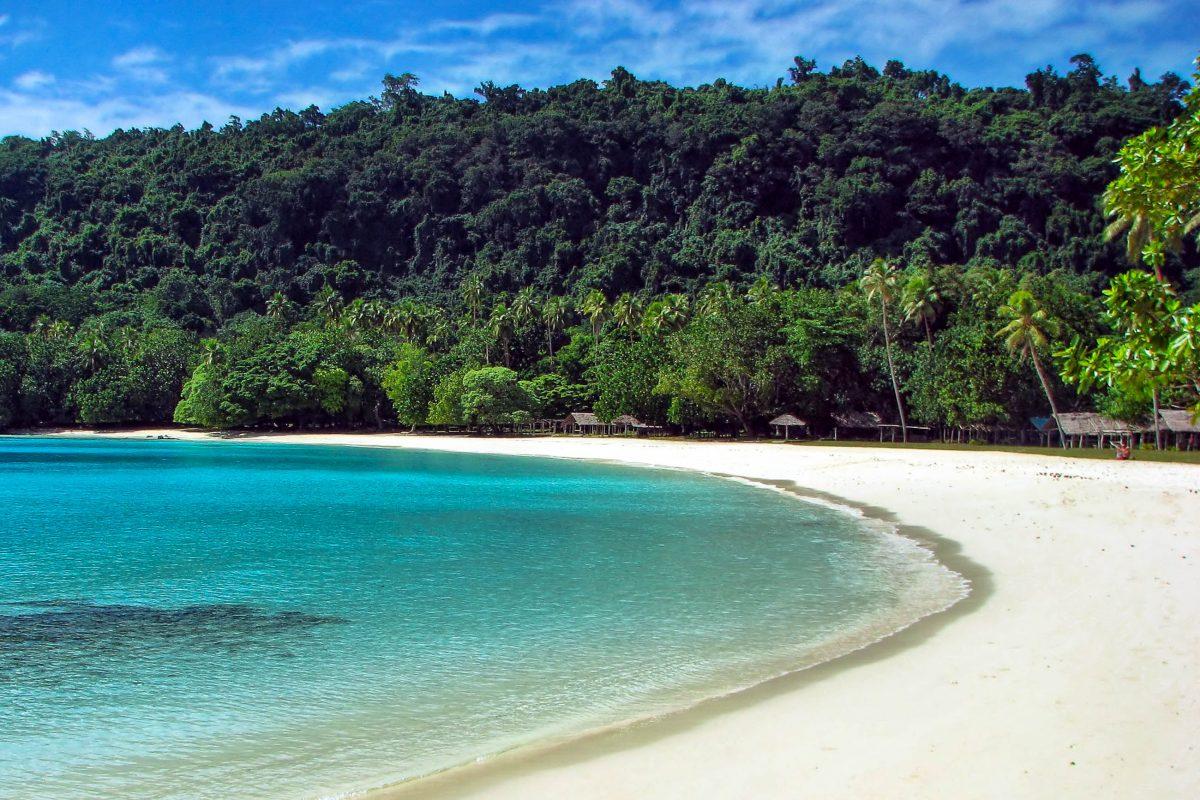 Der Champagne Beach im Nordosten der Pazifikinsel Espiritu Santo, Vanuatu, wurde bereits mehrmals zum schönsten Strand im Südpazifik gekürt - © PrzemyslawSkibinski/Shutterstock