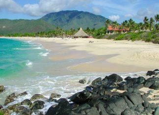 Auf einer Küstenlänge von 170km reiht sich auf der Isla Margarita vor der Küste von Venezuela ein sagenhafter Traumstrand an den nächsten - © Neil Wigmore / Shutterstock