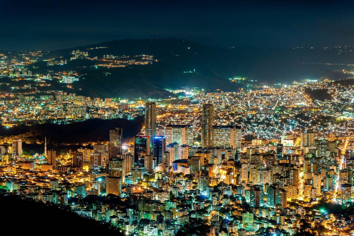 Der 2600m hohe Berg Avila kann mit einer Seilbahn erklommen werden und bietet eine sensationelle Aussicht über Caracas, Venezuela - © Paolo Costa / Shutterstock
