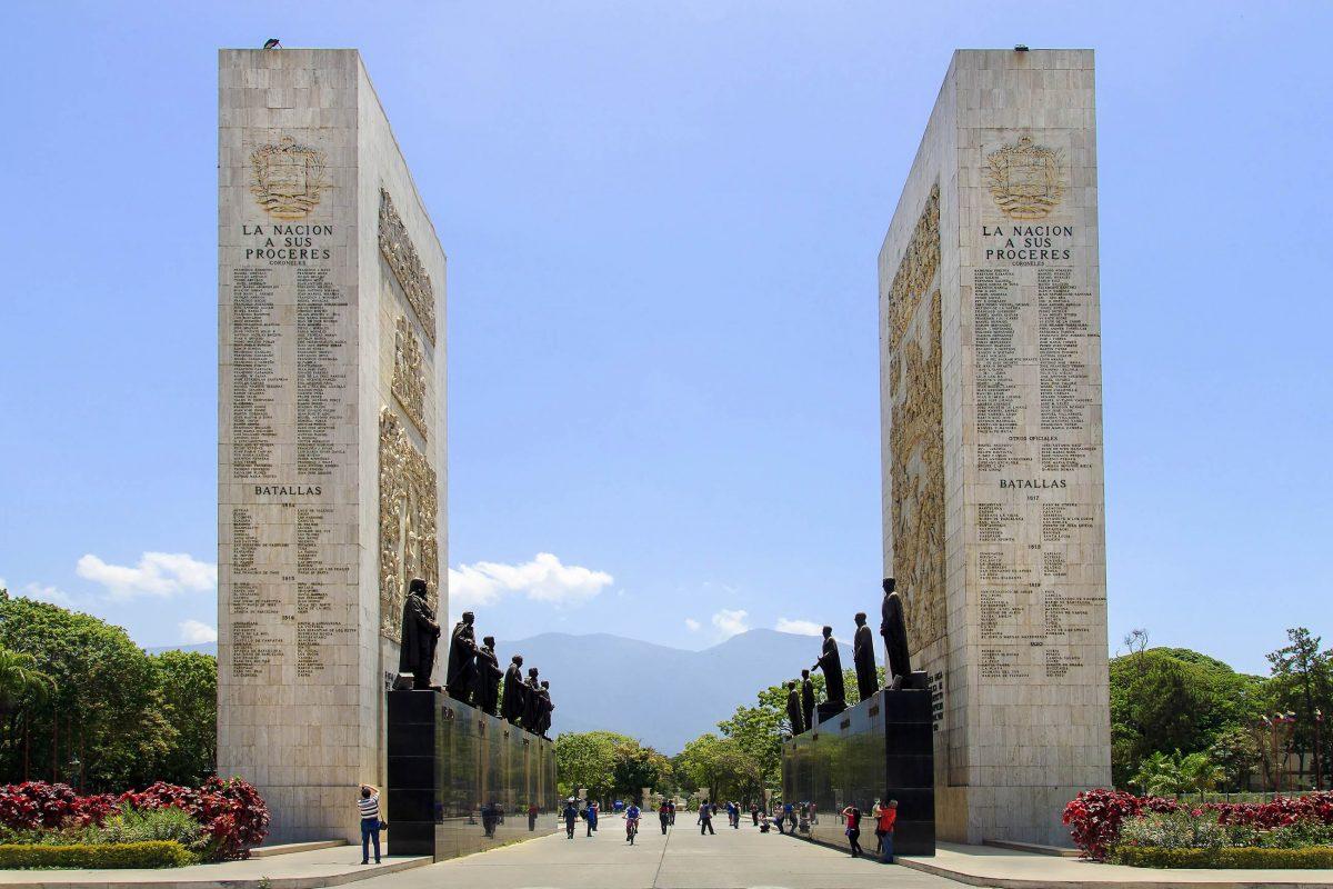 Zwei markante Gedenkwände formen mit dem Paseo de los Próceres ein monumentales Andenken an die bedeutendsten Freiheitskämpfer Venezuelas - © testing / Shutterstock