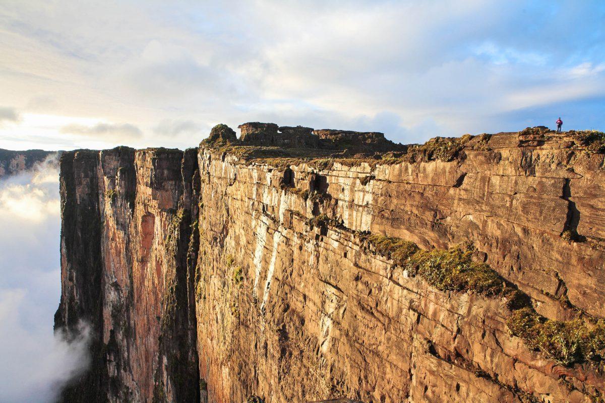 Der Mount Roraima, ein mächtiger Tafelberg genau am südamerikanischen Dreiländereck zwischen Guyana, Venezuela und Brasilien - © Vladimir Melnik / Shutterstock