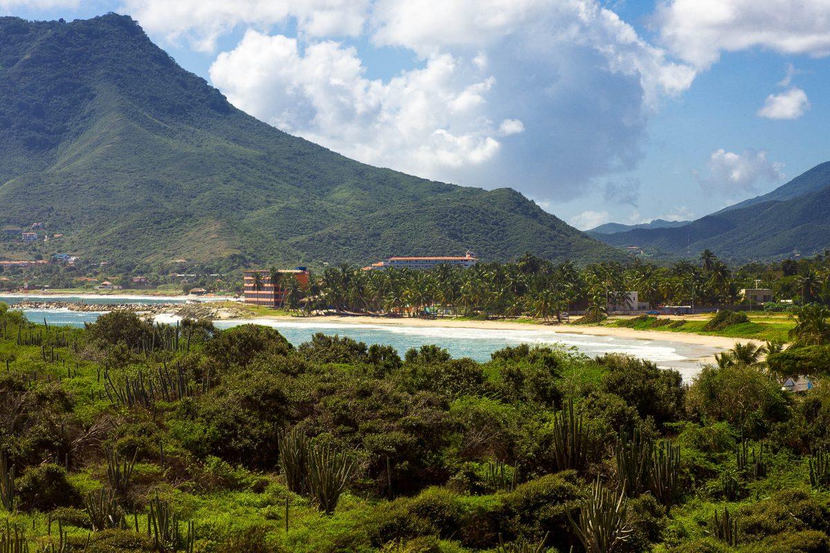 Der Playa Tirano bietet die perfekte Kulisse für kilometerlange romantische Strandspaziergänge, Isla Margarita, Venezuela - © Olga Sapegina / Shutterstock