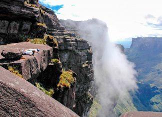 Die 400m hohen senkrecht abfallenden Steilwände des Mount Roraima wurden im Jahr 1884 das erste Mal bezwungen - © Karin Wassmer / Shutterstock
