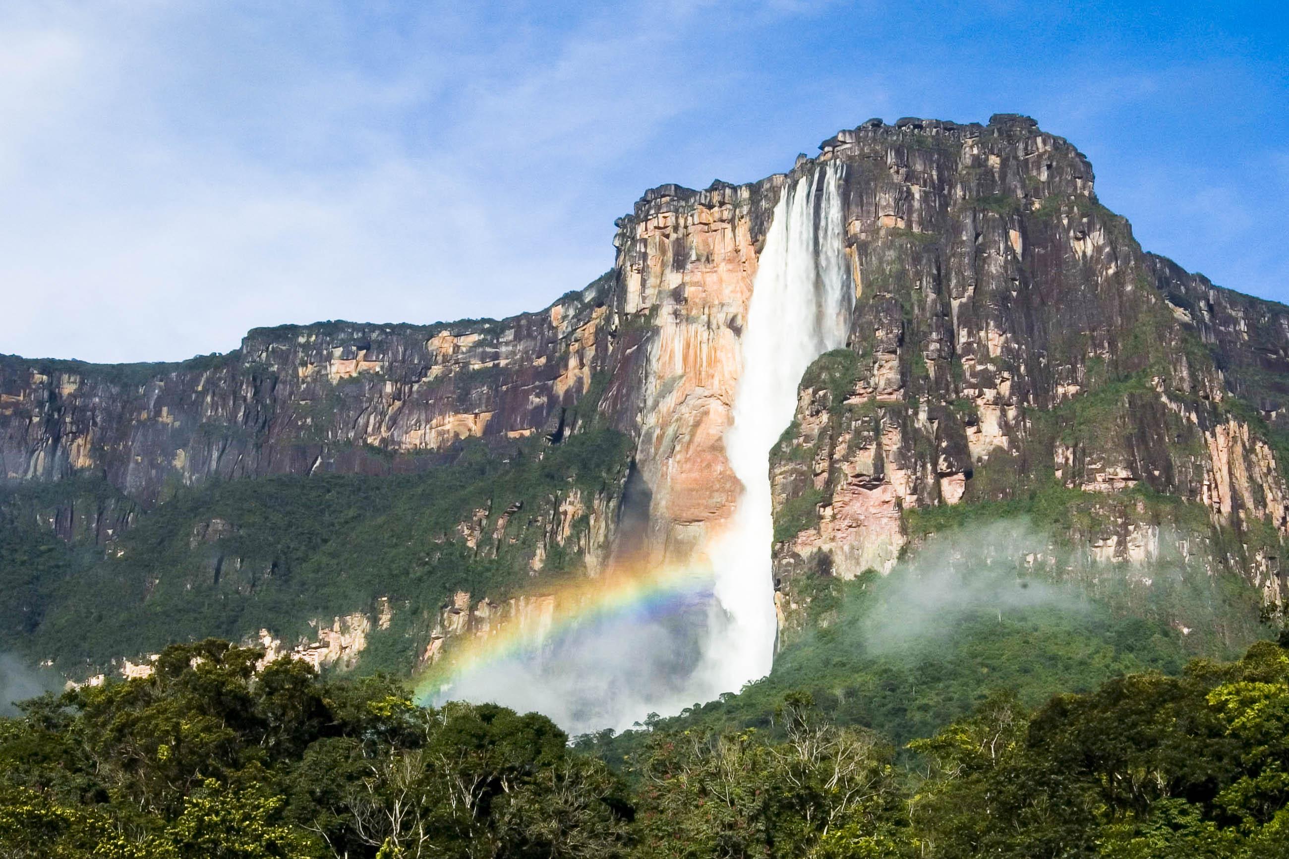 Die Angel Falls im Nationalpark Canaima im Südosten Venezuelas sind mit einer Höhe von 979 Meter die höchsten freifallenden Wasserfälle der Welt - © JKaczka Digital Imaging / Fotolia