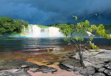 Die Lagune Canaima im Canaima Nationalpark ist Schauplatz des beeindruckenden Wasserfalls El Hacha, Venezuela - © Vadim Petrakov / Shutterstock