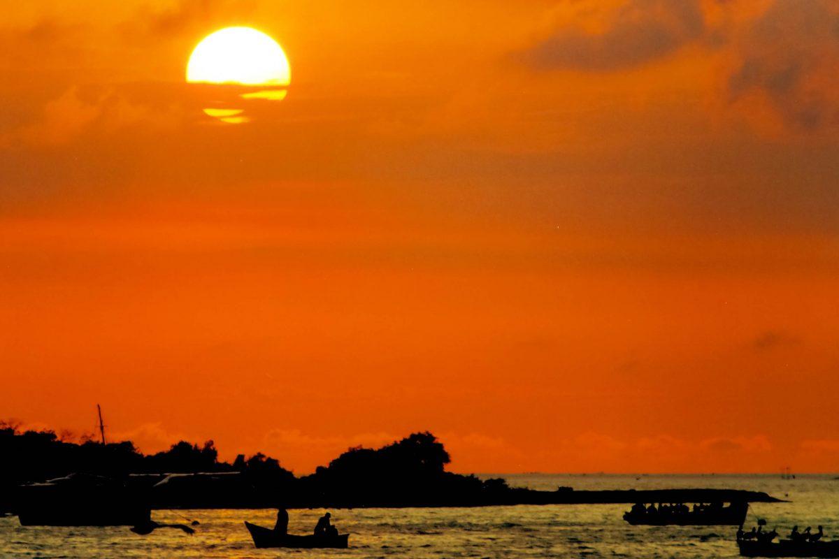 Die Sonne lässt es auf Los Roques zwar tagsüber oft unerträglich heiß werden, verabschiedet sich dafür aber abends mit einem spektakulärem Sonnenuntergang, Venezuela - © Celso Diniz / Shutterstock