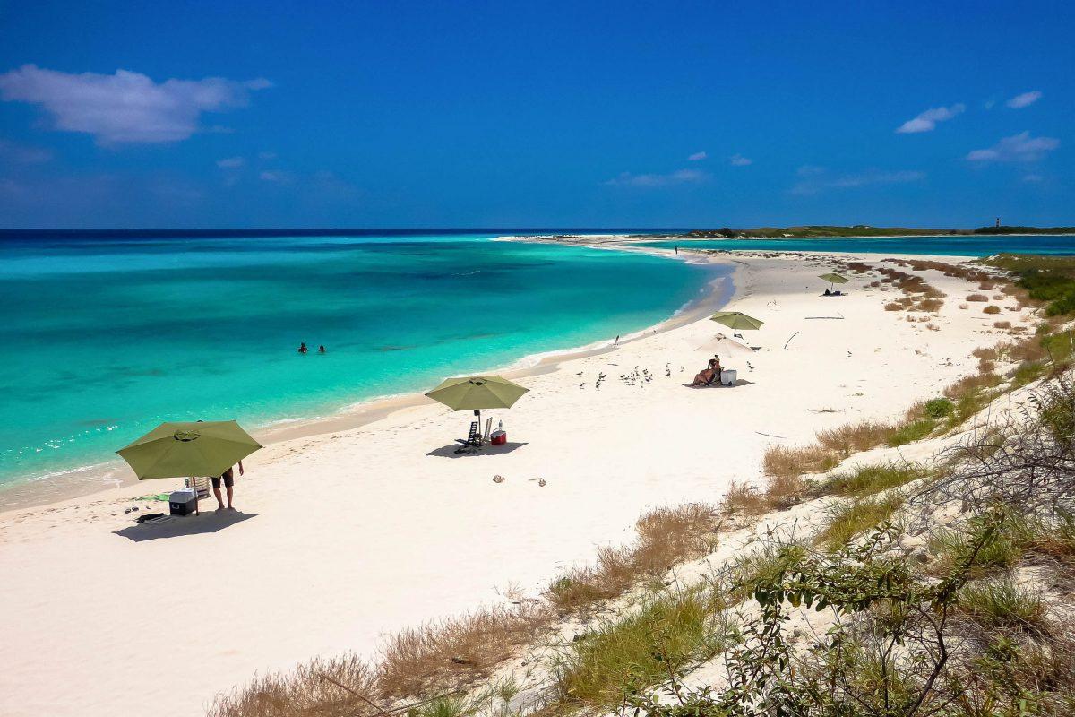 Inmitten der spektakulären Kulisse aus weißem Sand und türkisblauem Meer ist auf Los Roques, Venezuela, Atemholen und Energietanken angesagt - © Thomas Campos / Shutterstock