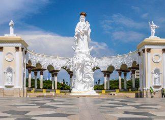 Das 18m hohe Denkmal der Jungfrau von Chiquinquira bildet mit einem säulenbewährten Bogengang ein wunderbares Gesamtkunstwerk in Maracaibo, Venezuela - © The Photographer CC BY-SA3.0/Wiki