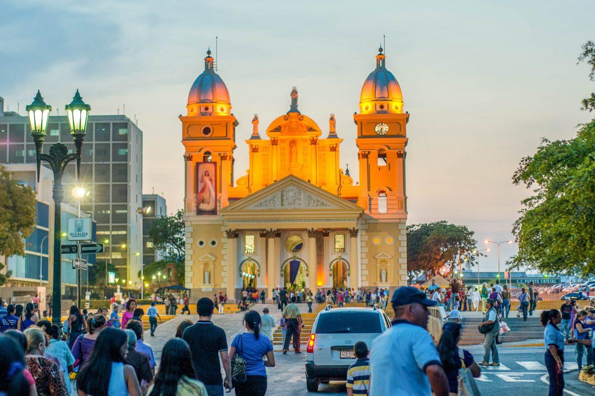 Mit ihrer Lage an der Calle 95 stellt die sonnengelbe Basilika einen perfekten Ausgangspunkt für einen Rundgang durch Maracaibo dar, Venezuela - © The Photographer CC0 1.0/PD/Wiki