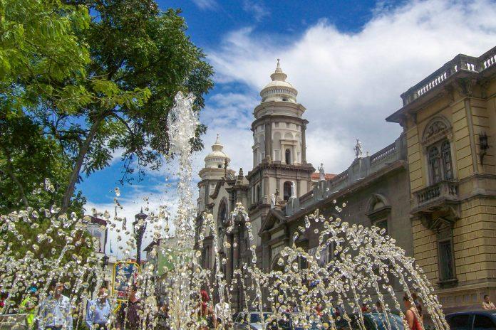 Wie in den meisten Großstädten Venezuelas bildet auch in Mérida der Plaza Bolivar den Mittelpunkt der historischen Altstadt - © Joanlink CC BY3.0/Wiki