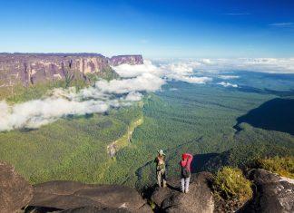 Überwältigender Blick vom Mount Roraima auf den ebenso leicht zu besteigenden Mount Kukenan im Nationalpark Canaima, Venezuela - © ANDRE DIB / Shutterstock