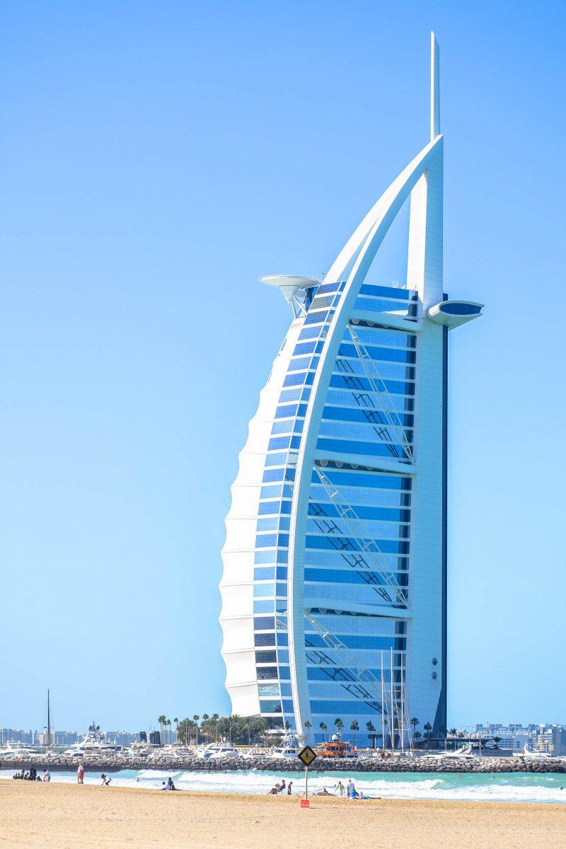 Der Burj al Arab beherbergt eines der luxuriösesten und teuersten Hotels der Welt und ist ein Wahrzeichen von Dubai, VAE - © FRASHO / franks-travelbox