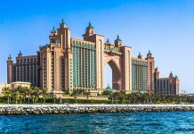 Die Architektur des 5-Sterne-Hotels Atlantis auf der Palmeninsel Jumeirah in Dubai, VAE, erinnert an einen orientalischen Palast - © S-F / Shutterstock
