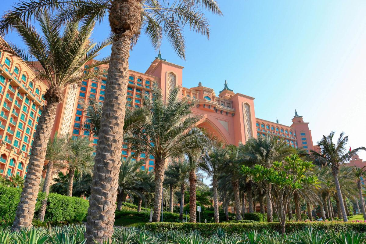 Die Brückensuite im obersten Stock direkt über dem Tor ist die teuerste Suite des Atlantis Hotels auf Jumeirah vor der Küste von Dubai, VAE - © Laborant / Shutterstock