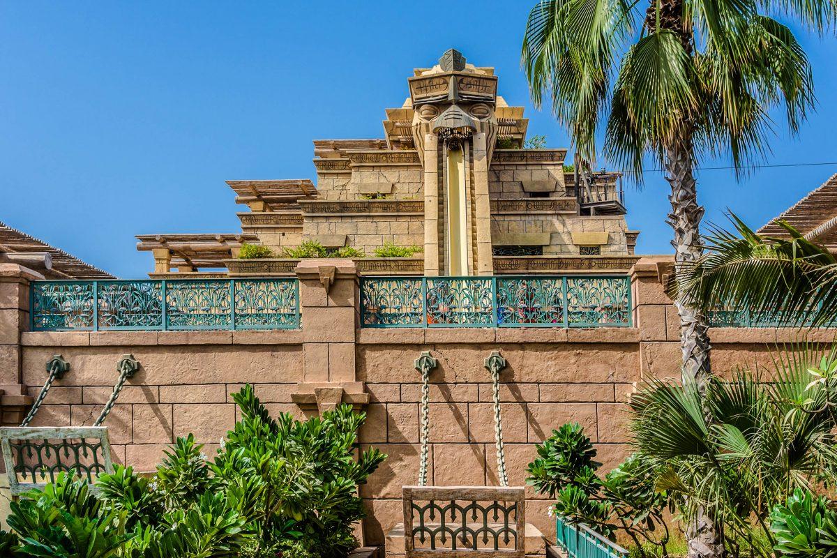 Die Highspeed Rutsche Tower of Neptune im Aquaventure Wasserpark wurde ebenso wie das zugehörige Hotel in Dubai, VAE, von Atlantis inspiriert - © Kiev.Victor / Shutterstock