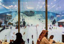 Durch ein mehrstöckiges Fenster kann das Treiben in der Dubai Skihalle von der Mall of the Emirates aus beobachtet werden kann, VAE - © RiumaLab / Shutterstock