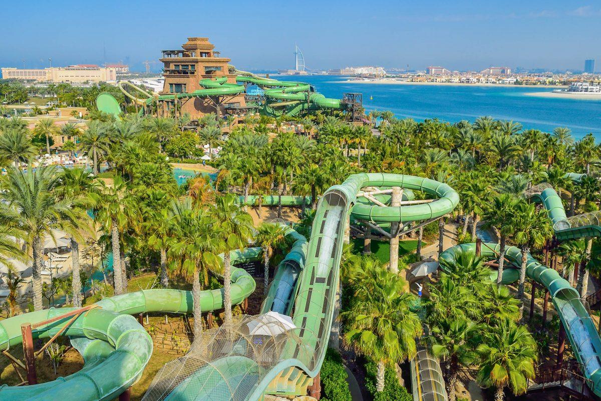 Langeweile kommt zwischen den vielfältigen Rutschen, Tunneln, Becken und Wassertieren des Aquaventure Parks in Dubai, VAE, garantiert keine auf - © Kotsovolos Panagiotis / Shutterstock