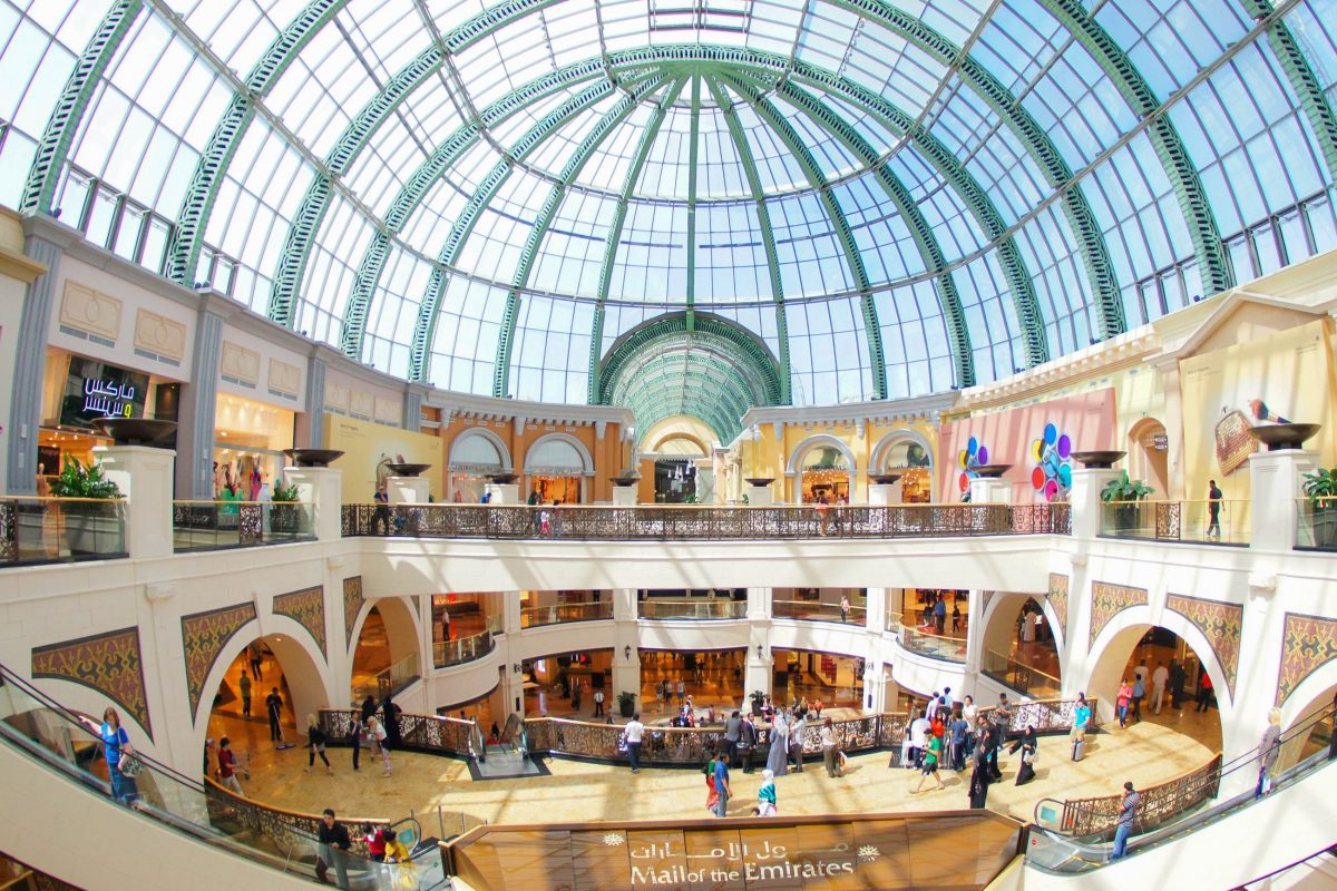 Mit seiner mediterran-arabischen Architektur ist die Mall of the Emirates in Dubai eindrucksvoll anzusehen, VAE - © Lenor Ko / Shutterstock