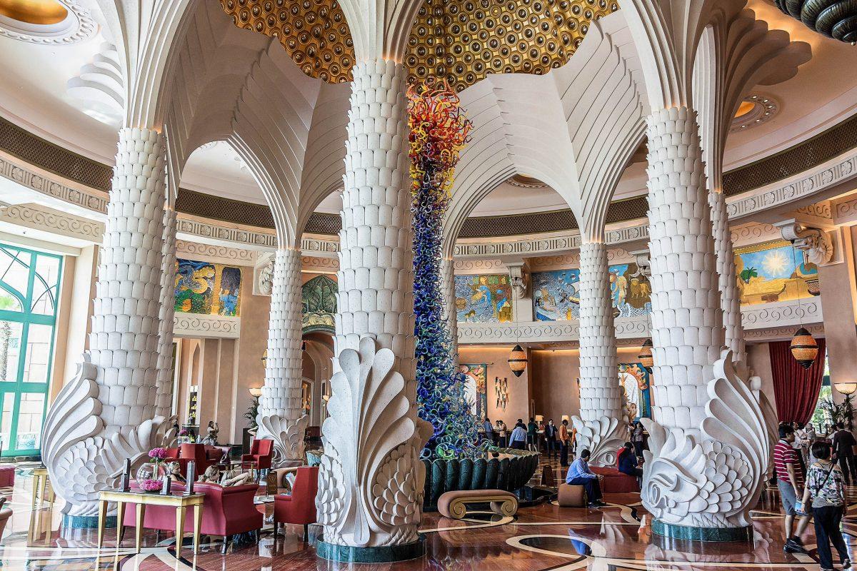 Mit viel Liebe zum Detail gestaltete Lagunen und Loungen schaffen im Atlantis Hotel auf der Palmeninsel von Dubai ein faszinierendes Ambiente, VAE - © Kiev.Victor / Shutterstock