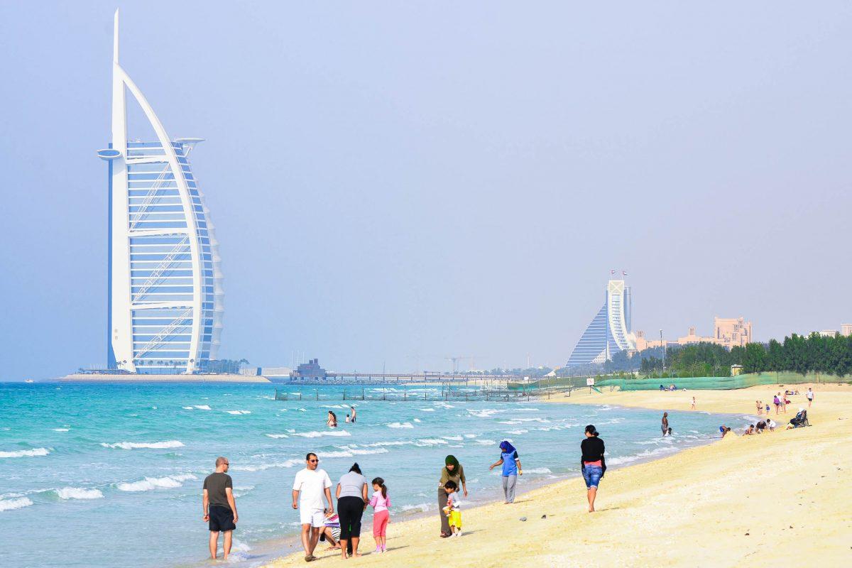 Panorama des Burj al Arab mit dem gegenüberliegenden Jumeirah Beach Hotel, Dubai, VAE - © FRASHO / franks-travelbox