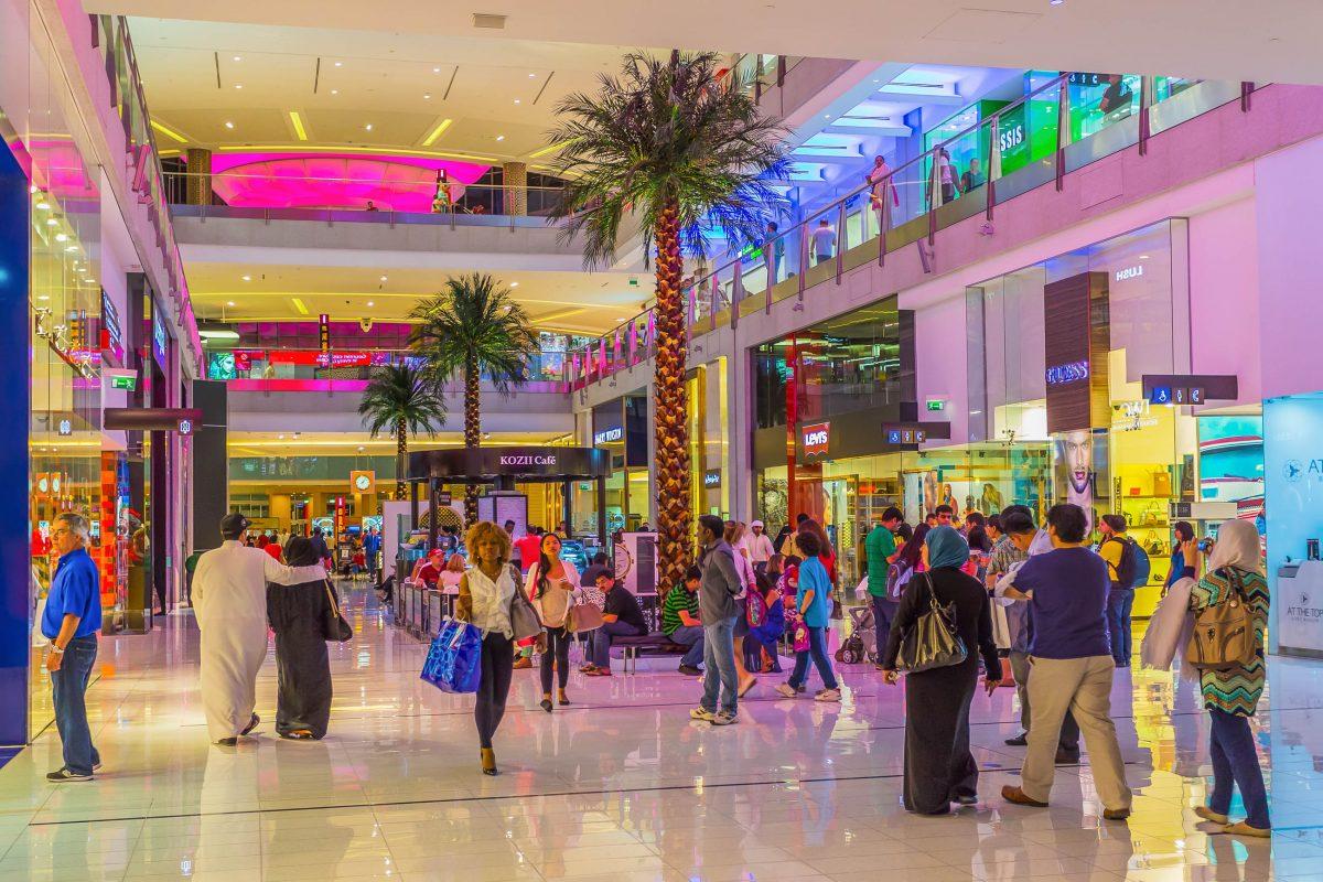 Über 600 Shops decken in der Mall of the Emirates in Dubai, VAE, die großen Handelsketten der westlichen und arabischen Welt ab - © Zhukov Oleg / Shutterstock