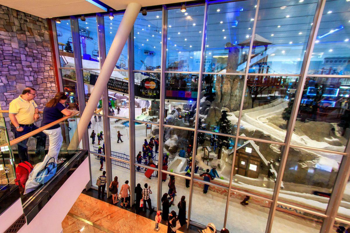 Über ein riesiges Fenster in der Mall of the Emirates kann das Treiben auf den größten Indoor-Pisten der Welt beobachtet werden, VAE - © outcast85 / Shutterstock