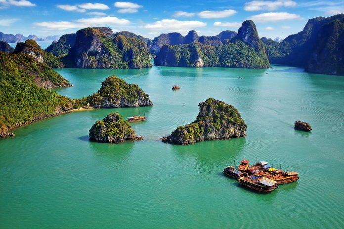 Die Halong-Bucht liegt im Golf von Tonkin im Norden Vietnams und ist ein absolut spektakuläres Stück Landschaft - © Igor Plotnikov / Shutterstock