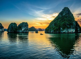 """Die traumhafte Halong-Bucht in Vietnam heißt übersetzt """"Bucht des untertauchenden Drachen"""", hier eher die Bucht der untergehenden Sonne - © Pablo Rogat / Shutterstock"""