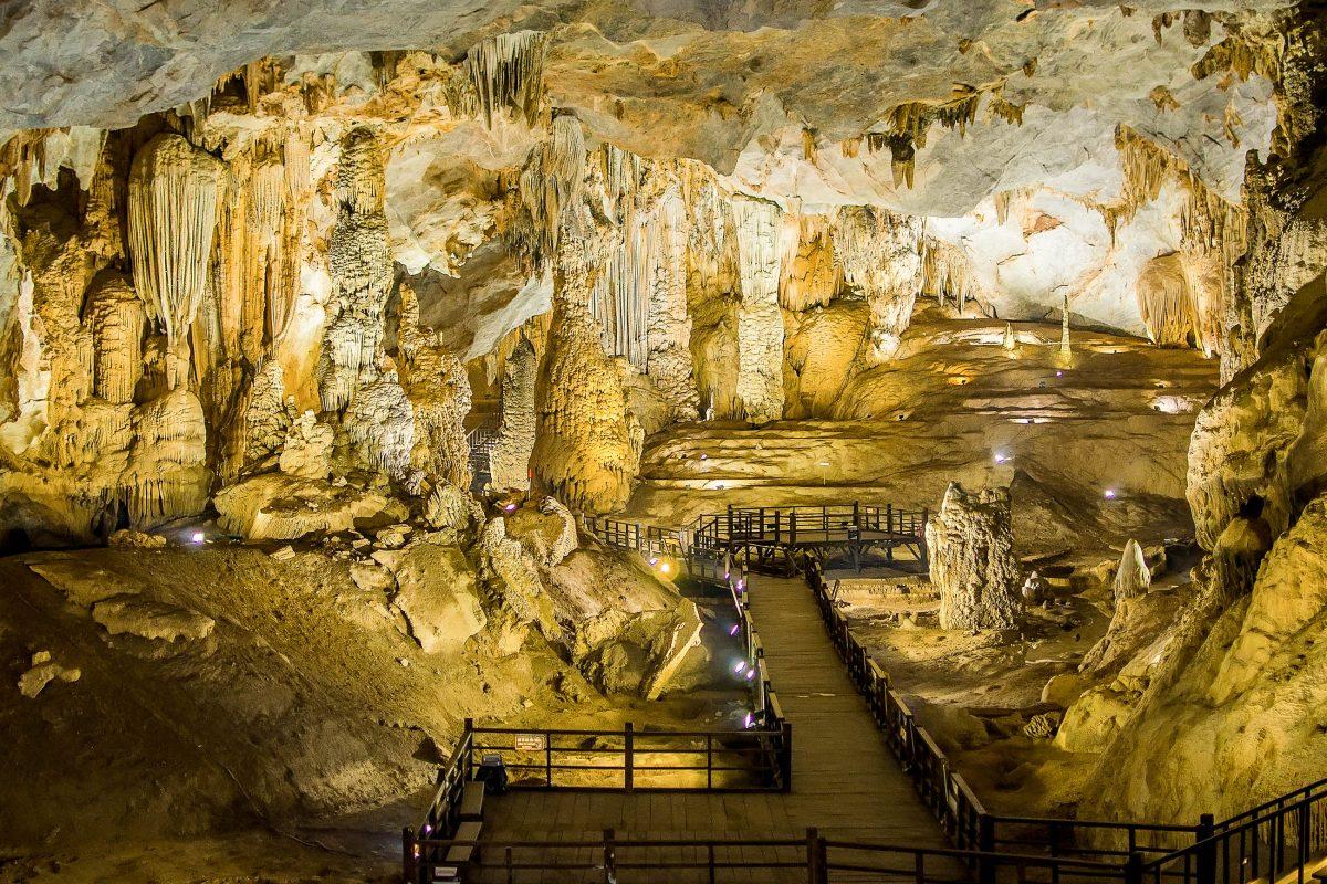 """Die traumhafte Höhle Thien Duong (""""Paradieshöhle"""") ist über 500 Stufen hinauf und 200 Stufen hinab zu erreichen und kann über einen kilometerlangen Holzpfad erforscht werden, Vietnam - © Elzbieta Sekowska / Shutterstock"""