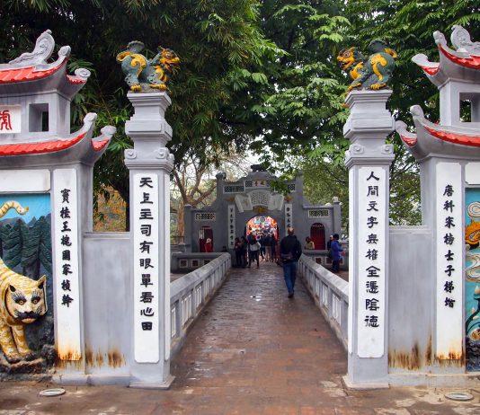 Der Eingang zum Jadeberg-Tempel in Hanoi, Vietnam - © Takashi Usui / Shutterstock