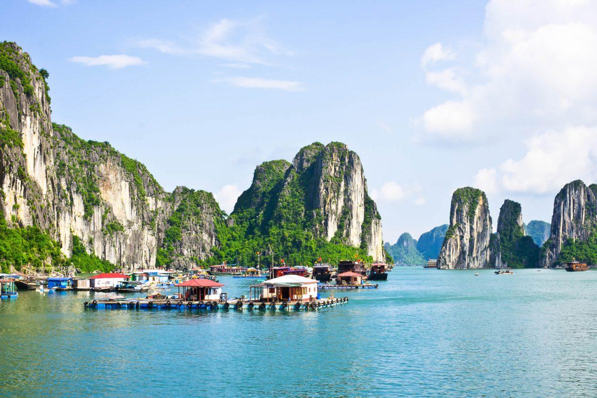 Schwimmendes Dorf in der Halong-Bucht in Vietnam - © PhotoRoman / Shutterstock
