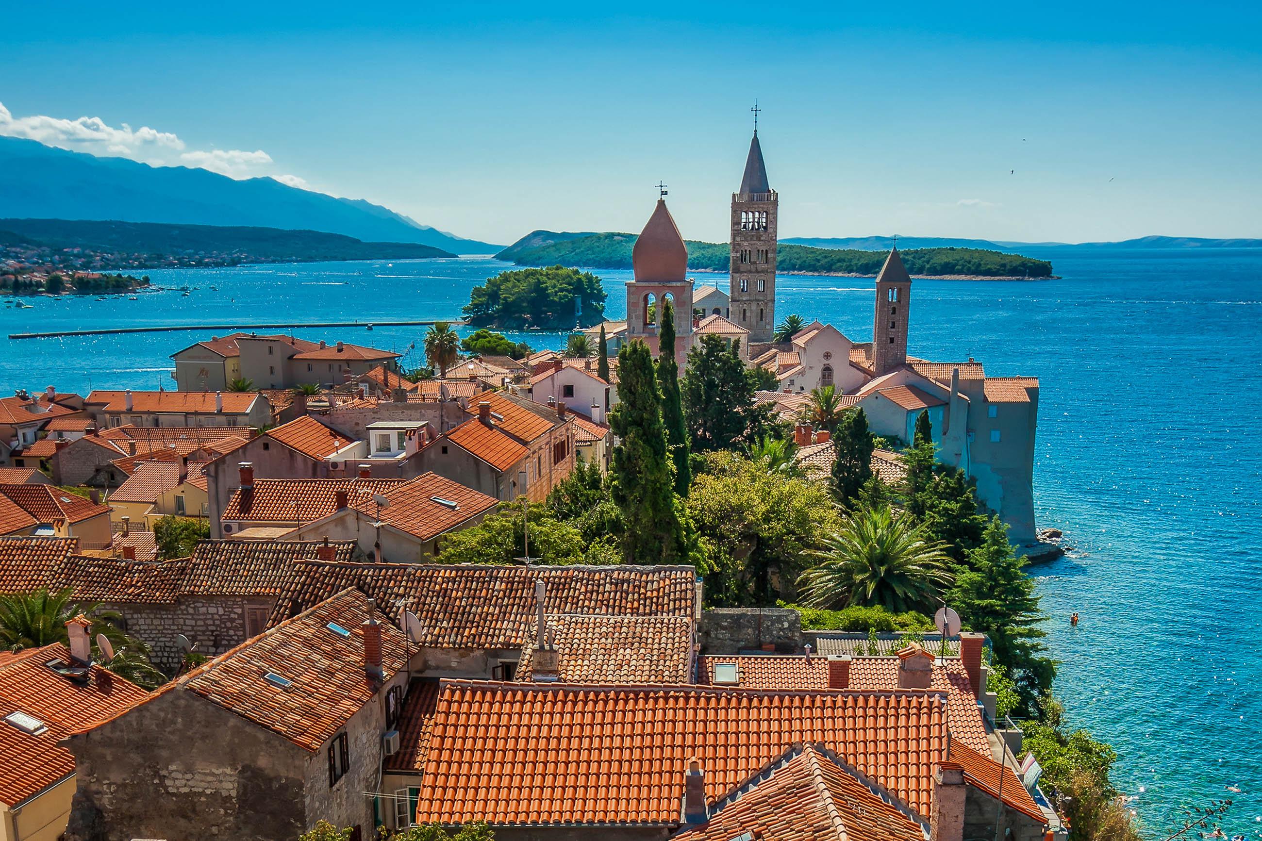Vom Stadtturm in Rab Stadt tut sich der berühmte Blick auf die vier Türme entlang der Küste der Inselhauptstadt auf, Kroatien - © Deymos.HR / Shutterstock