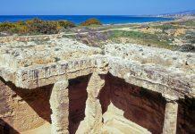 """Die Ruinen von Nea Paphos an der Westküste von Zypern stammen vermutlich aus dem 3. Jahrhundert vor Christus und werden auch als """"Königsgräber"""" bezeichnet - © arenaphotouk / Fotolia"""