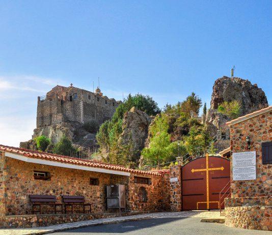 Das griechisch-orthodoxe Stavrovouni-Kloster wurde im 4. Jahrhundert gegründet und ist das älteste Kloster Zyperns - © Andriy Markov / Shutterstock