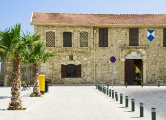 Das historische Fort Larnaka liegt malerisch an der Strandpromenade, Zypern - © robert lerich / Fotolia