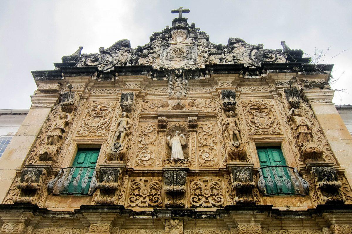 Die spektakuläre Igreja da Ordem Terceira de São Francisco in Salvador wurde aufgrund ihrer Barockfassade als eines der Sieben Weltwunder von Brasilien nominiert - © FRASHO / franks-travelbox