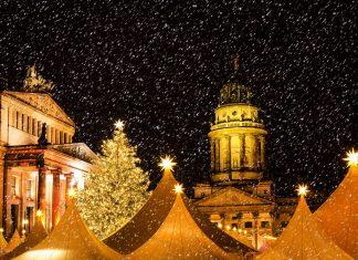 Schneefall zur Weihnachtszeit über dem Gendarmenmarkt in Berlin, Deutschland - © SP-Photo / Shutterstock