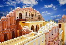 Die Ausblicke aus den hunderten kleinen Fenstern des Palastes der Winde in Jaipur, Indien geben einen kleinen Einblick in das frühere Leben im Harem - © Waj / Shutterstock