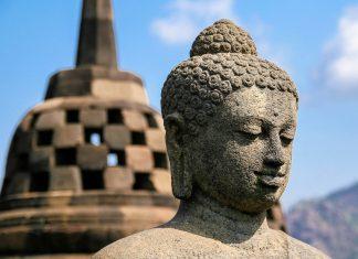 Die Treppen und Gänge des Borobudur werden von Buddhafiguren und anderen Statuen gesäumt, Indonesien - © ezk / franks-travelbox
