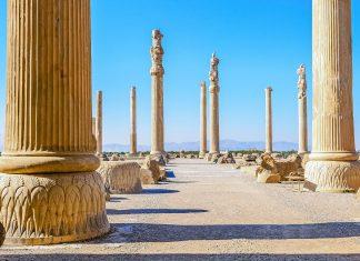 Der größte Palast, Apadana genannt, wurde vom Perserkönig Darius I. um 515 vor Christus errichtet und von seinen Nachfolgern ausgebaut, Persepolis, Iran - © Ko.Yo / Shutterstock