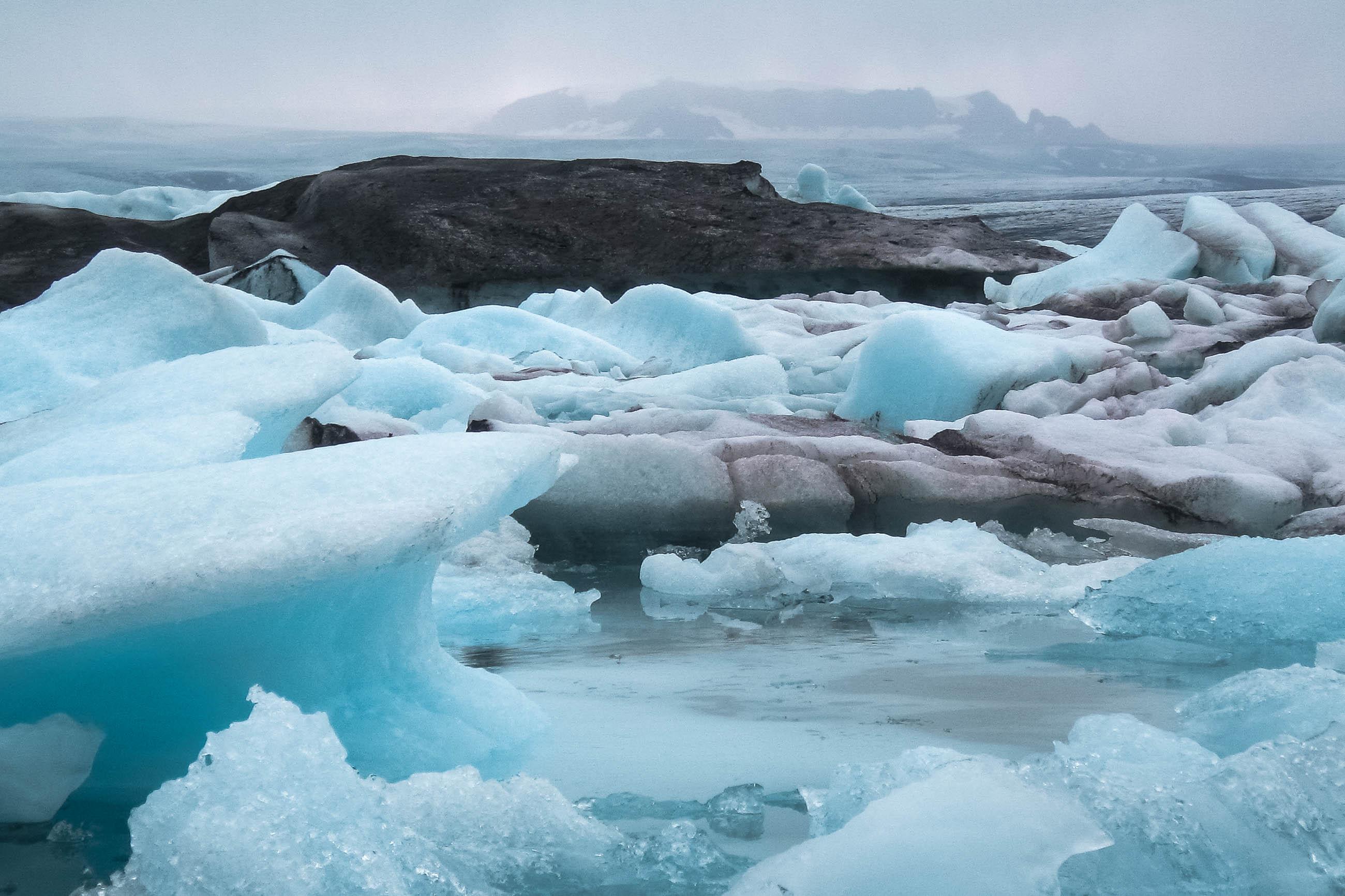 Treibende Eisstücke im Gletschersee Jökulsárlón beim Gletscher Fjallsjökull, Island - © FRASHO / franks-travelbox
