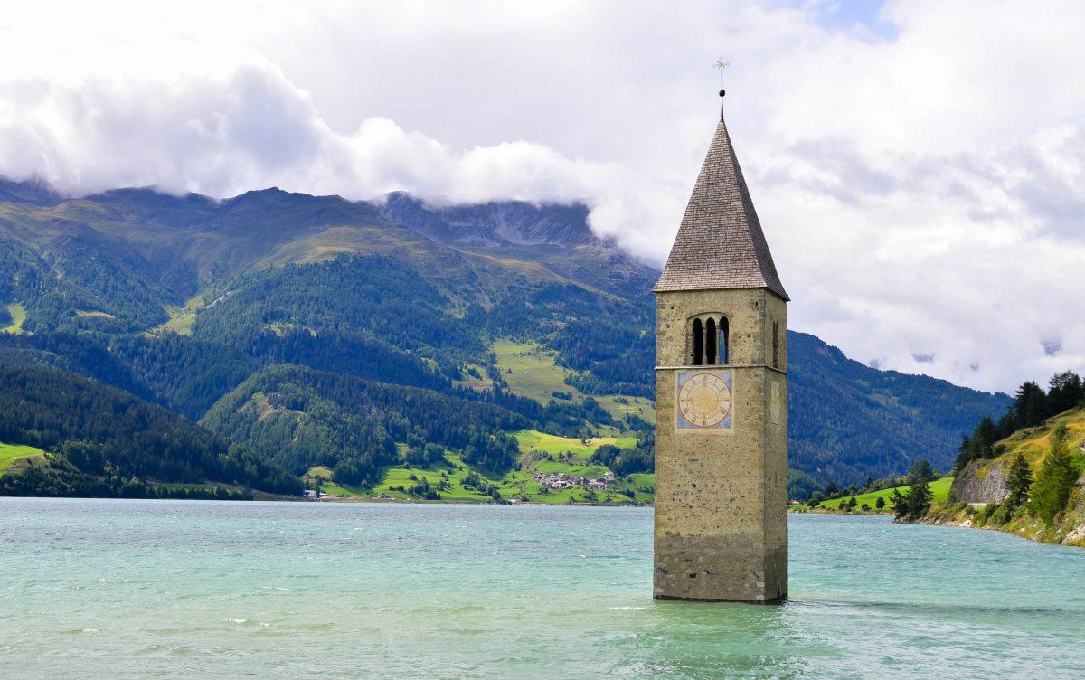 Der Reschenpass hat eine Seehöhe 1504m; 1950 wurde der Reschensee aufgestaut, dabei wurden das Dorf Graun und Teile vom Ort Reschen überflutet, Südtirol, Italien - © FRASHO / franks-travelbox