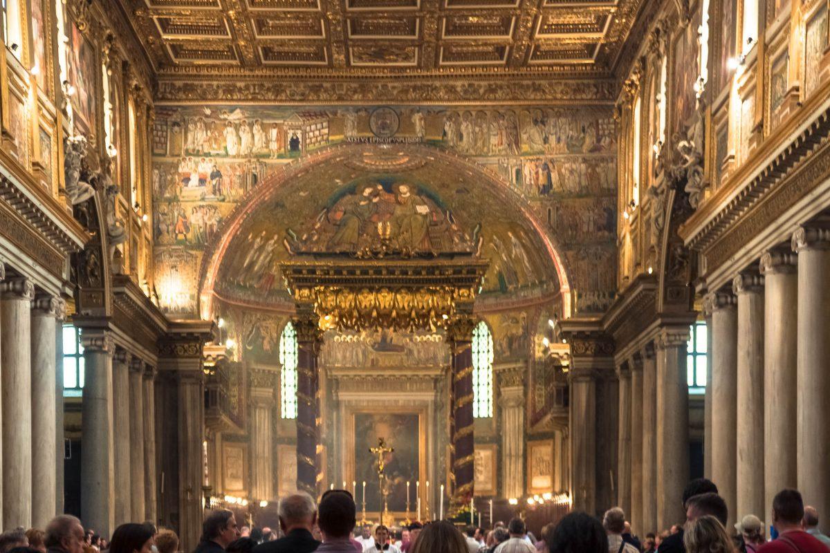 Der reich verzierte Altarraum und das hochverehrte Gnadenbild der Madonna in der Cappella Paolina in der prunkvollen Marienkirche Santa Maria Maggiore in Rom, Italien  - © James Camel / franks-travelbox