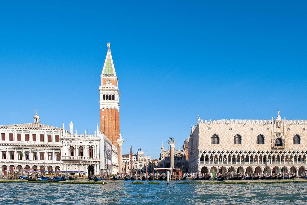 """Die Markuskirche mit dem berühmten Glockenturm """"Campanile"""" am Markusplatz in Venedig vom Canale Grand aus gesehen, Italien - © pio3 / Shutterstock"""