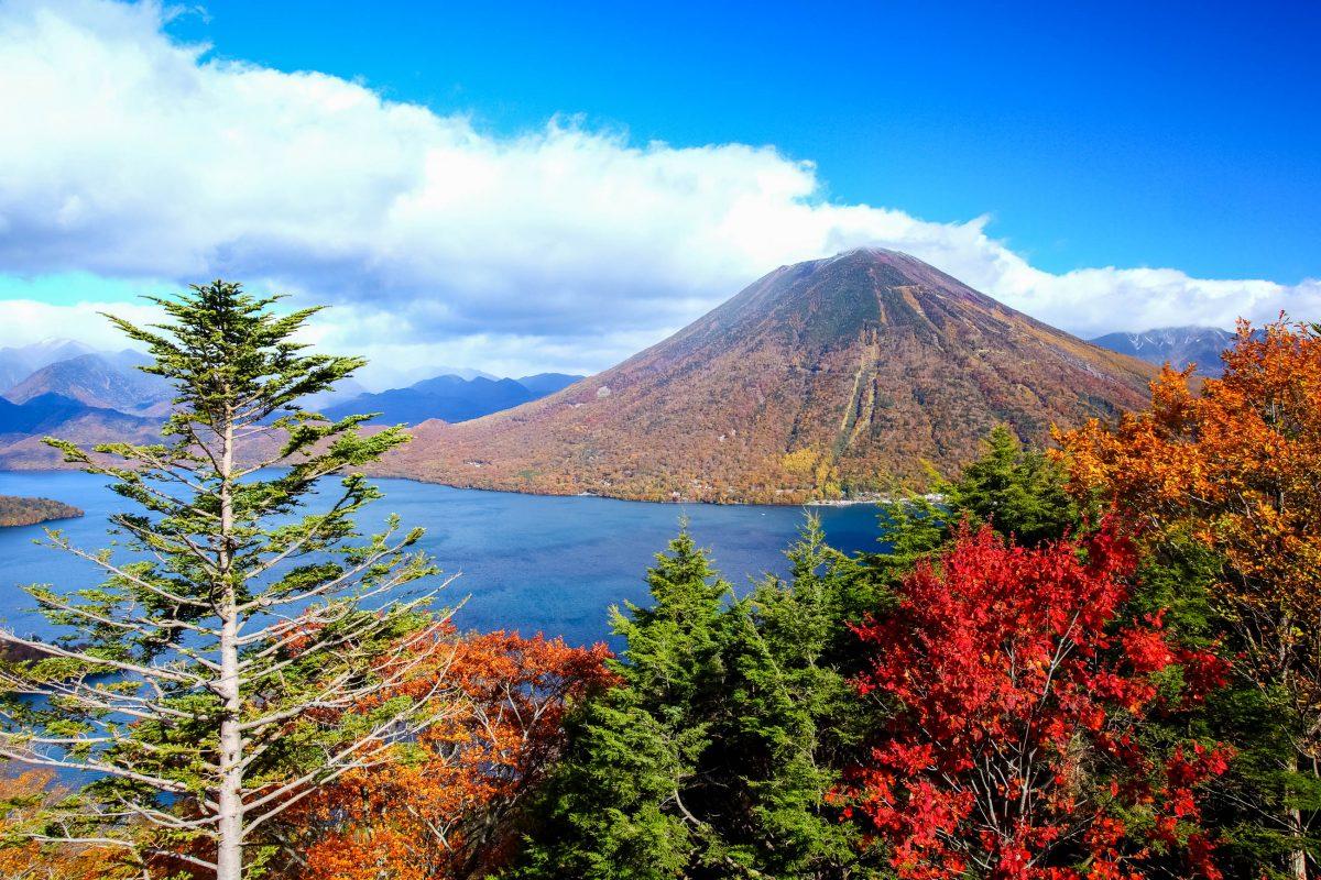 Der 2.484 Meter hohe Vulkan Nantai im Nikko-Nationalpark kann von Anfang Mai bis Ende Oktober auf einem gut begehbaren Pfad bestiegen werden, Japan - © orikazu / Shutterstock
