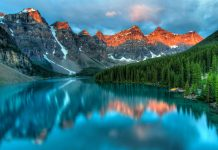 Sonnenaufgang am Moraine See im Banff National Park, Alberta, Kanada - © James Wheeler / Shutterstock