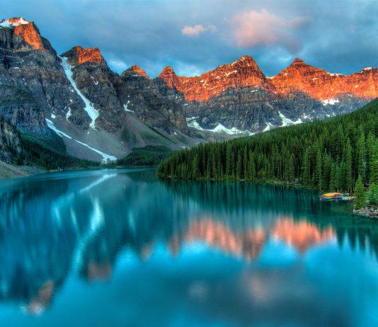 Sonnenaufgang am Moraine See im Banff National Park, Alberta, Kanada - © James Wheeler / Shutterstock