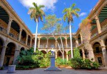 Das spanische Regierungsgebäude aus der Kolonialzeit, im Vordergrund eine Statue von Christoph Columbus, Havanna, Kuba - © Kamira / Shutterstock